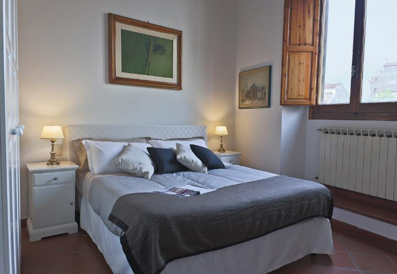 Piazza della Passera | Delightful Apartment with 2 Bedrooms in Charming Piazza - Image 1 - Florence - rentals