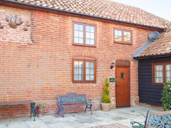 THE HAYLOFT COTTAGE, barn conversion, en-suites, parking, shared garden, in Saxmundham, Ref 28097 - Image 1 - Blaxhall - rentals