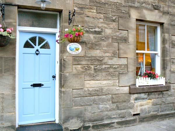 SEASHELL COTTAGE, mid-terrace cottage, open fire, small enclosed yard, in Amble, Ref 31213 - Image 1 - Amble - rentals