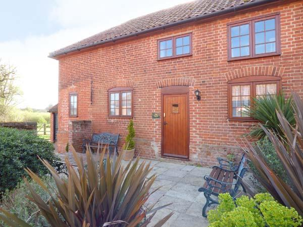 PUNCH COTTAGE, ground floor bedrooms, en-suite, shared garden with pond, in Saxmundham, Ref 911560 - Image 1 - Blaxhall - rentals
