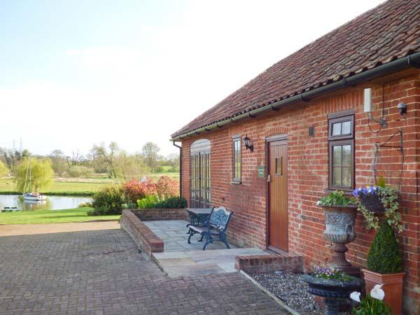 BARN OWL COTTAGE, all ground floor, parking, shared lawned garden, in Saxmundham, Ref 912561 - Image 1 - Blaxhall - rentals
