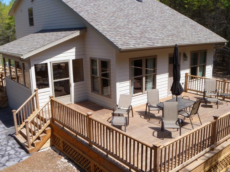 Cottage w/ 2 decks, screen porch - ' Peace in the Pines ' - Baileys Harbor - rentals