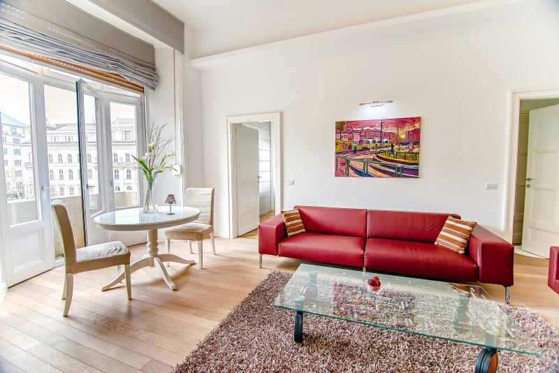 Living-room with a nice view of the famous Vörösmarty square. It has a little balcony - Royal Danube Apartments- with view for downtown - Budapest - rentals