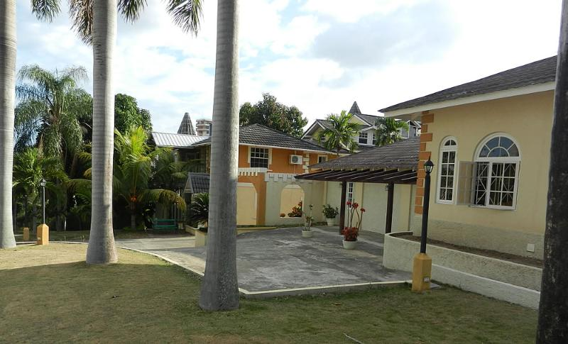 Beautiful Property of 5 acres - The Front - #5 Sweet Luxury 2-Bedroom - Kingston - rentals