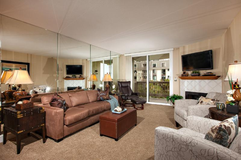 The living has a warm and relaxing atmosphere. - Tropical Oasis~Great Ocean View w/Luxury Interior! - Oceanside - rentals