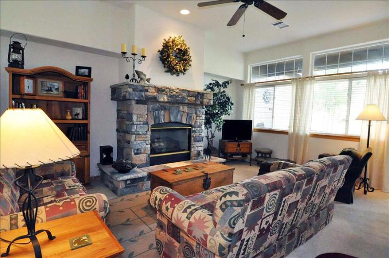 ROBIN LANE 3 bed/3.5 bath Mountain and Pond Views in Upscale Neighborhood, W/D, Private Hot Tub, Kin - Image 1 - Silverthorne - rentals