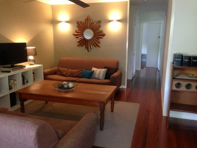 Cosy living area with retro feel - Dahlia Cottage - Self catering, Fully furnished in - Brisbane - rentals