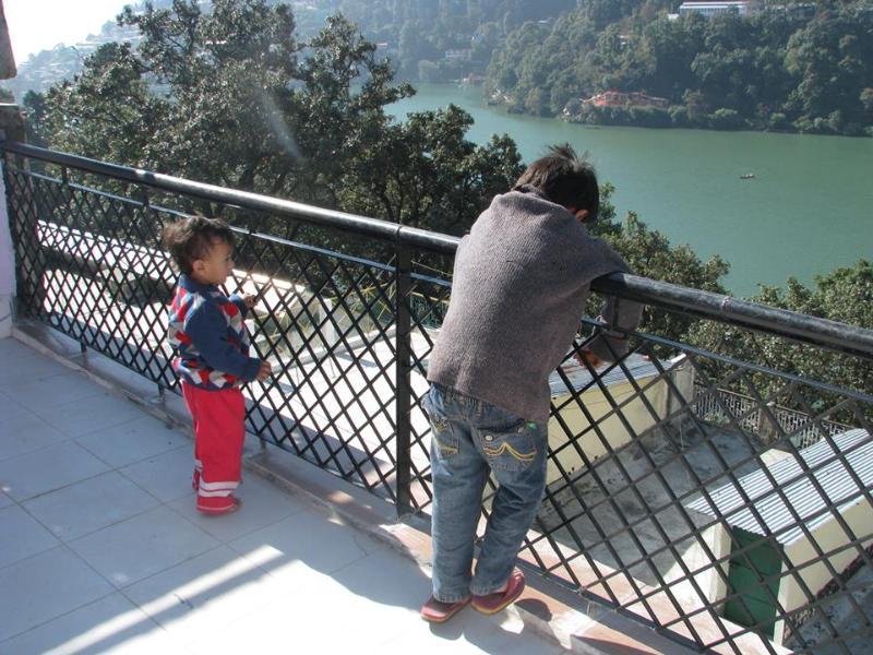 Kids at the Terrace ....Mesmerised by the lake - Midtown location and overlooking Nainital Lake - Nainital - rentals