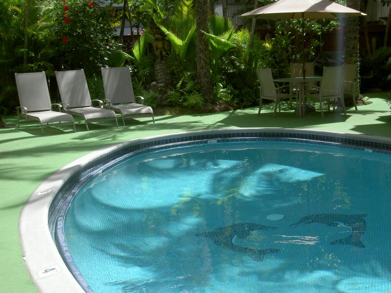 Pool side lounge area - Exclusive Boutique Central Waikiki 1BR/1BA Resort - Honolulu - rentals
