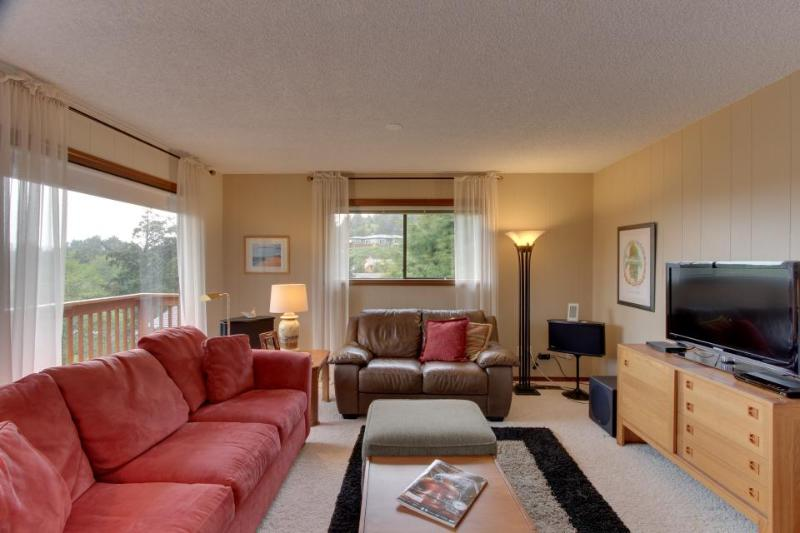 Oceanview home with private hot tub and space for 10! - Image 1 - Cannon Beach - rentals