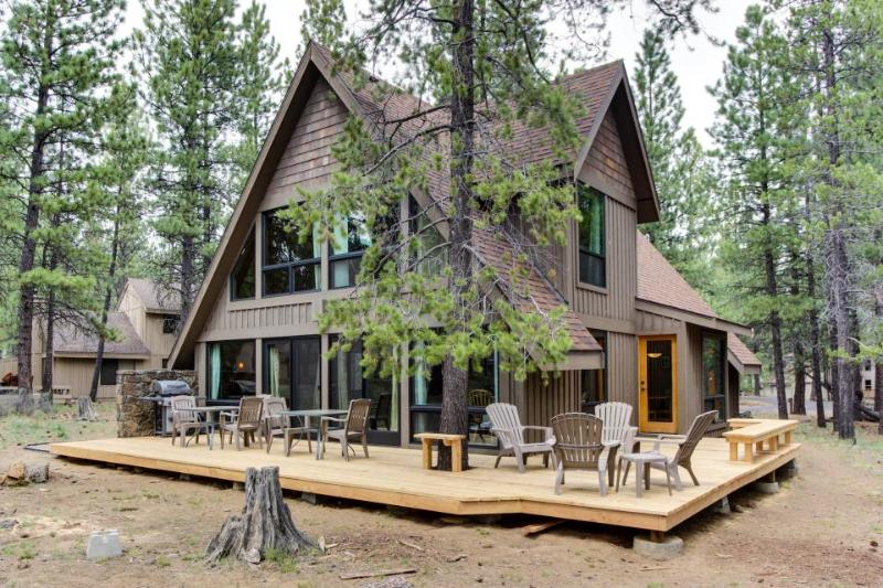 Sunny cabin w/ private hot tub, SHARC access & entertainment! - Image 1 - Sunriver - rentals