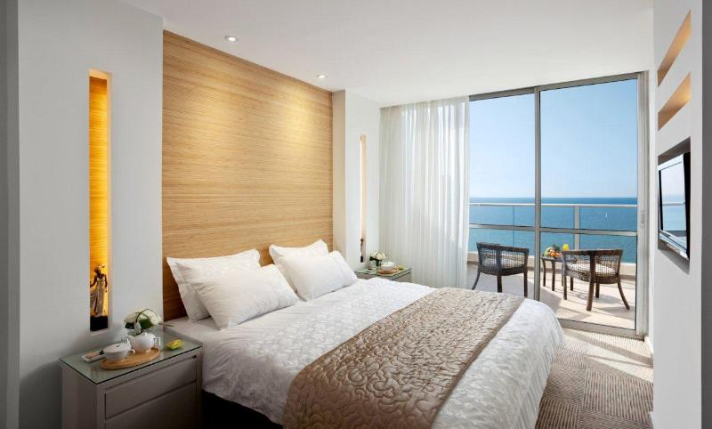 Bedroom with Sea View - Luxury Suite Ramada Hotel Netanya 6 sleeps - Netanya - rentals