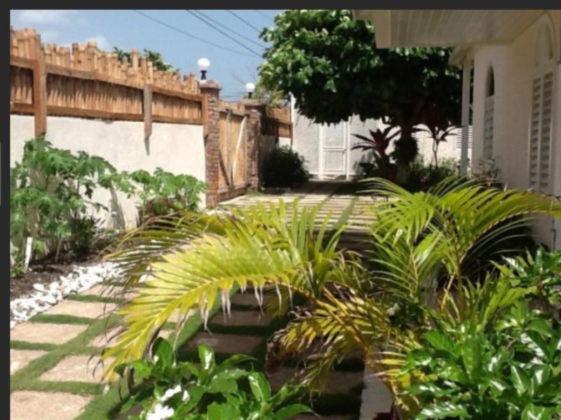 Beautiful river rock garden - Voted #1 Seaside Villa in Ocho Rios Jamaica - Oracabessa - rentals