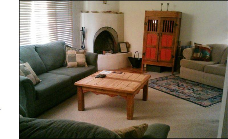 Traditional woodburning Kiva Fireplace in spacious Living Room - Beautiful Townhome slp 8-10,WALK TO PLAZA-pool/spa - Santa Fe - rentals