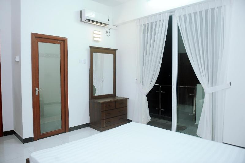 Master Beadroom with balcony - Beach Apartment - Mount Lavinia - rentals