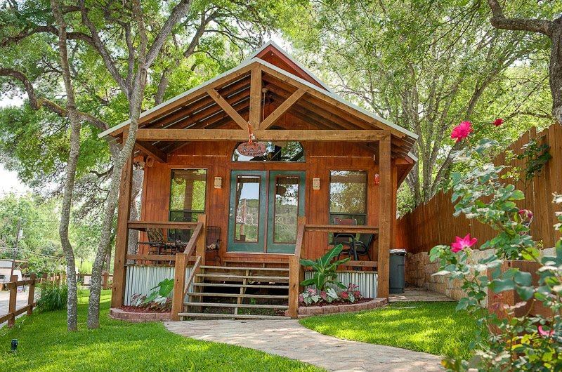 Lil Kahuna on the Guadalupe River near the 2nd river Xing - Lil Kahuna - Adorable Cabin on River Rd - New Braunfels - rentals
