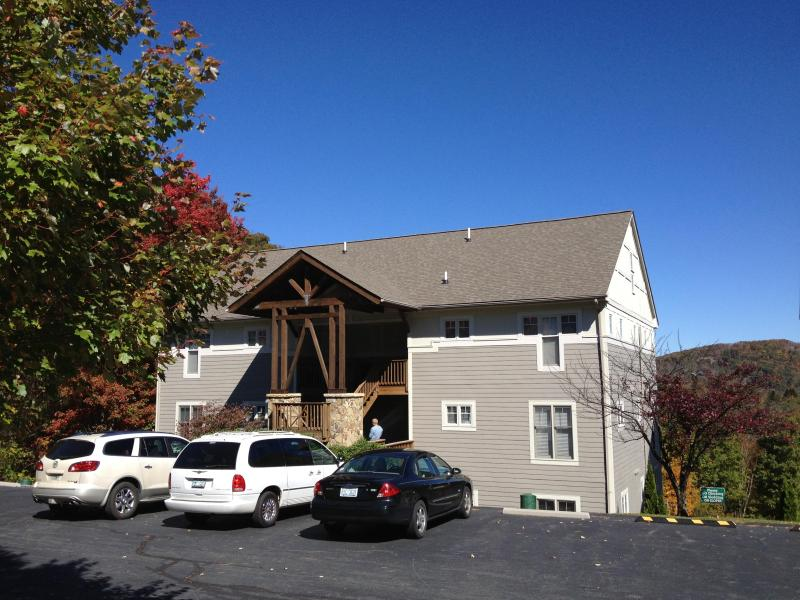 parking/entrance to building - Hawks Peak Condo in the HIGH COUNTRY - Seven Devils - rentals