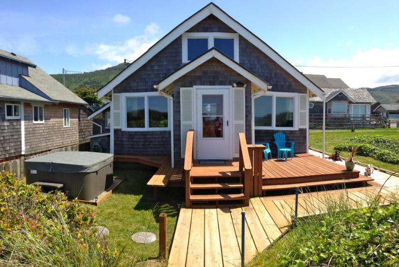 Bright, oceanfront cottage w/private beach access & hot tub - dog-friendly too! - Image 1 - Rockaway Beach - rentals