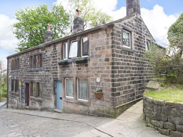 TOWNGATE COTTAGE, traditional terraced cottage with king-size bed, patio, close amenities in Heptonstall Ref 912192 - Image 1 - Heptonstall - rentals