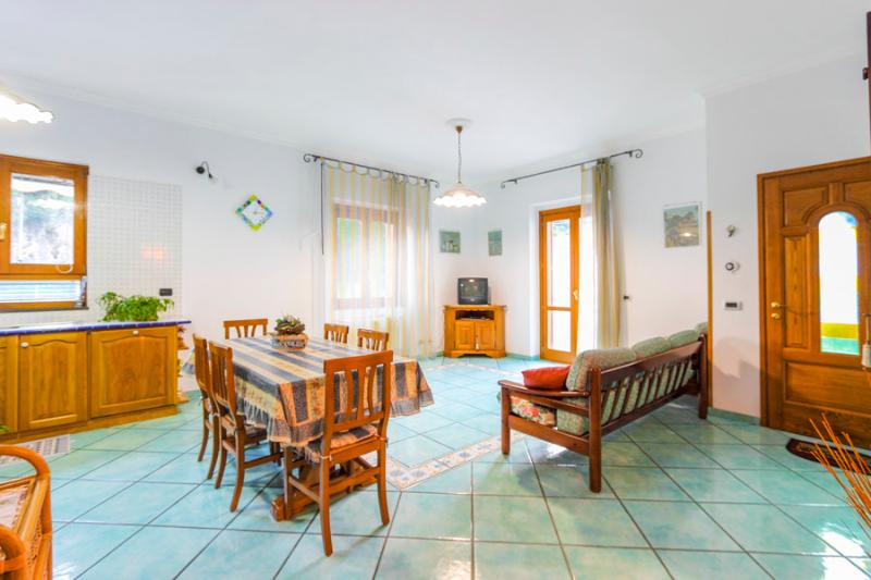 Large living room with balcony, sofas and well-equipped kitchen - Celeste house in Amalfi - Special offers in Spring - Amalfi - rentals