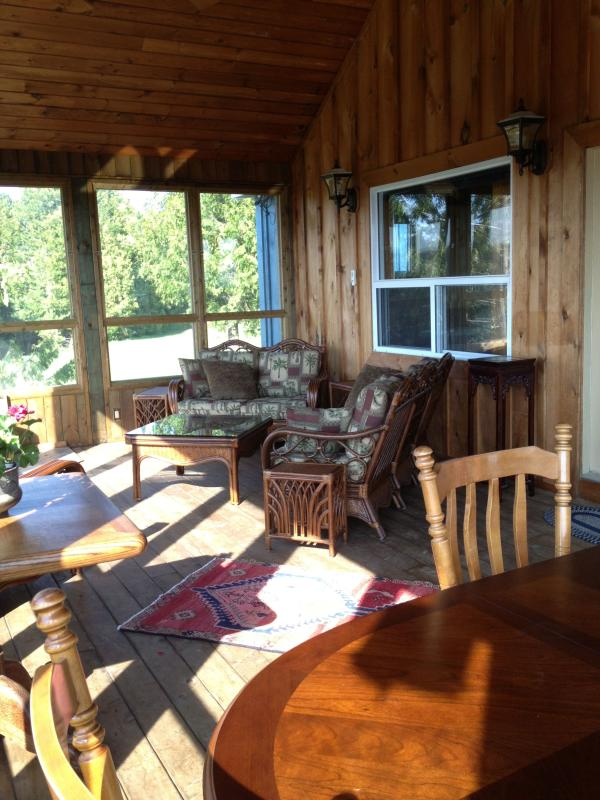 Summer Room Screened & glassed porch - A casually comfortable, modern country house.  Trails to walk / snowshoe, 7 km. - Chatsworth - rentals