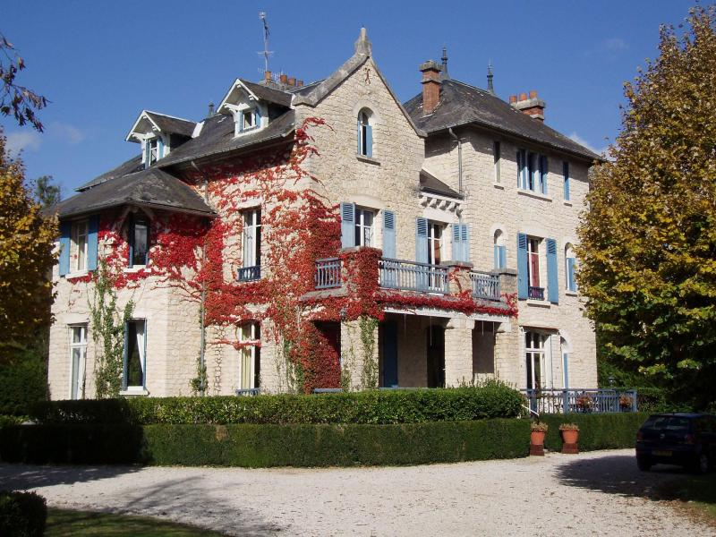 Chateau le Pavillon - Chateau and 5 holiday homes  with 2 heated swimming pools in the Dordogne France - Hautefort - rentals