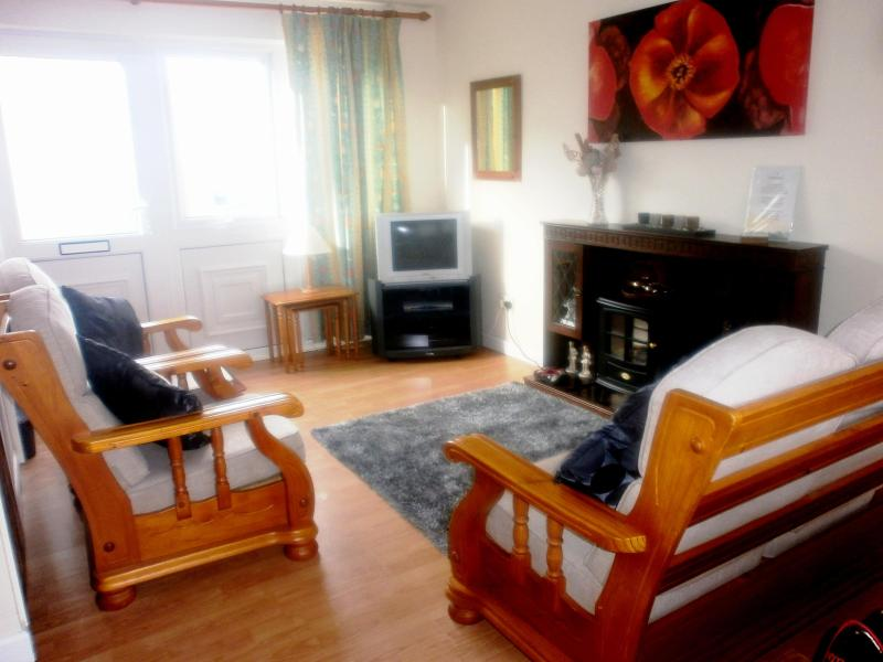 Spacious living room - 2 bedroom self catering holiday home, nearby beach - Pembroke - rentals