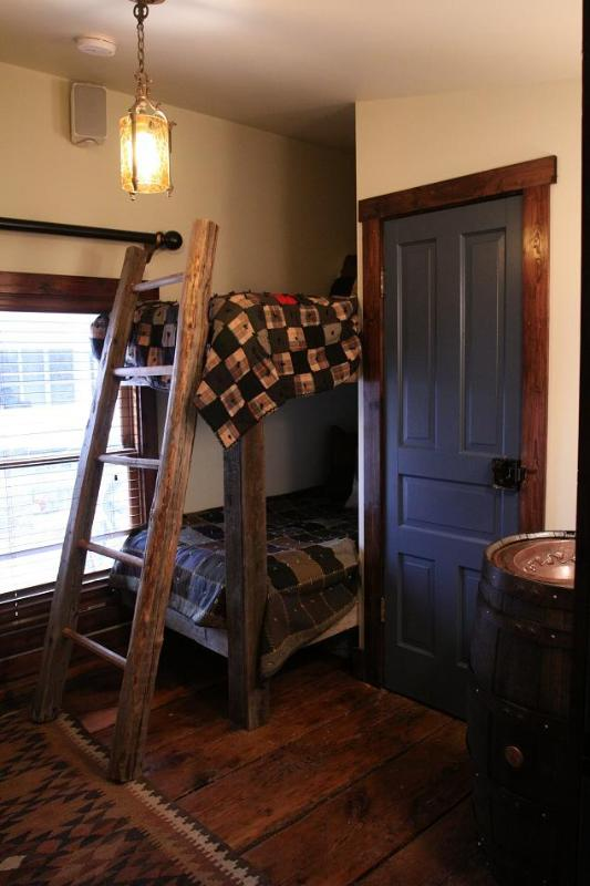 Pine Creek Room w. 2 singles (Bunk Style) - Triple Creek Lodge- PINE CREEK ROOM - Millheim - rentals