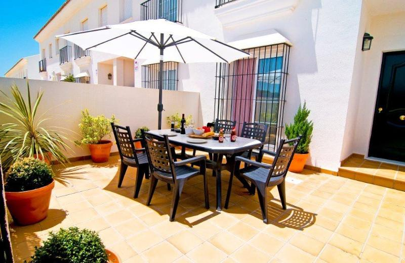 Front patio for enjoying outdoor meals - Beautiful Townhouse in Vejer De La Frontera, Costa - Vejer - rentals