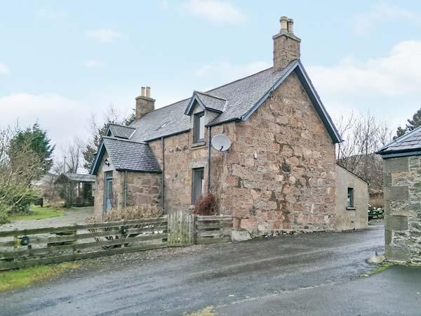 THE FARMHOUSE, pet-friendly, open fire, flexible sleeping, attractive views, detached cottage near Edzell, Ref. 904197 - Image 1 - Edzell - rentals