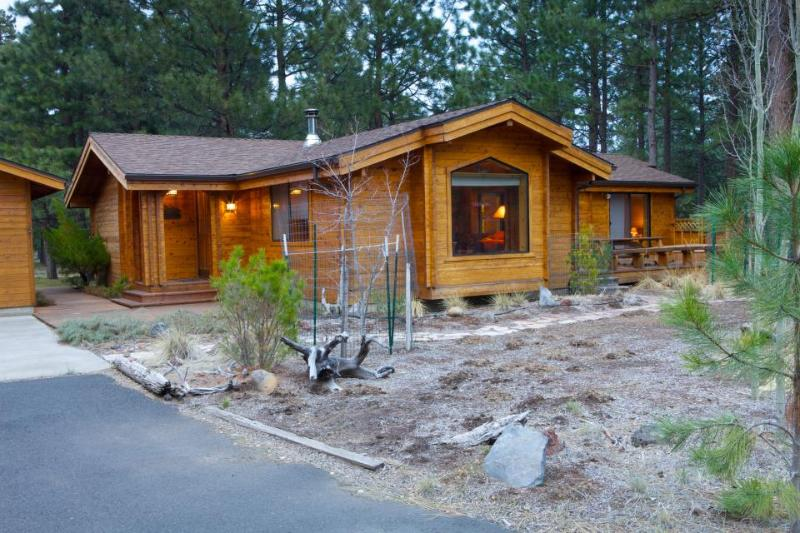 Cozy cabin w/resort attractions like shared pool + private hot tub & fenced yard - Image 1 - Sisters - rentals