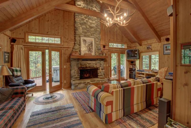 Historic pet-friendly cabin w/hot tub & Salmon River access - Image 1 - Welches - rentals
