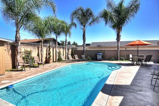 Sparkling Pool in tropical oasis! Patio seating, umbrella, lounge chairs for 14!  BBQ gas grill - $195 on June 3-5! FREE Disneyland Parking! 14 BEDS! 1 mile to Convention - Anaheim - rentals