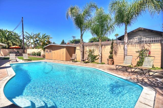 Large 9100 square foot LOT on a cul-de-sac location! Watch the Disney fireworks at night from yard! - $195 NT!  FREE DISNEY PARKING! 14 Beds!  Sleeps 18 - Anaheim - rentals