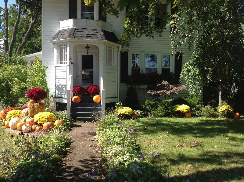 Front of the house.. - Charming home on quiet street.. Close to wineries, college, lake and downtown! - Geneva - rentals