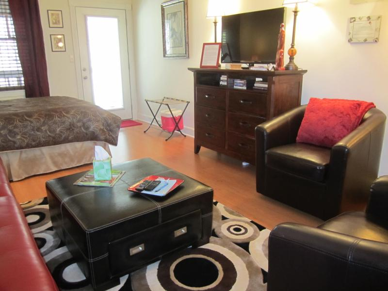 Living area - STUDIO CONDO IN DOWNTOWN EUREKA SPRINGS, AR.72632 - Eureka Springs - rentals