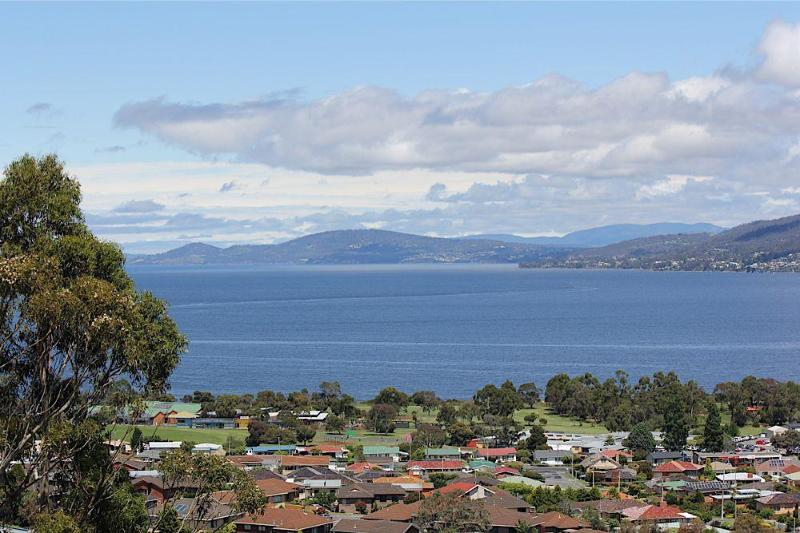 Panoramic Views by day. - Charbella's on Norma - Stunning Views of Hobart - Hobart - rentals