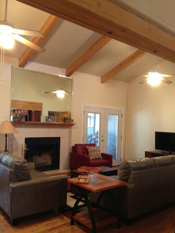 Vaulted wood beamed ceilings make this room spacious. Fireplace & ceiling fans - Large Pinetop condo sleeps 5 for winter skiers - Pinetop - rentals