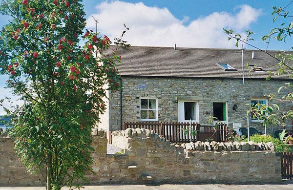 BARNBROOK, family friendly, character holiday cottage, with a garden in Carperby Near Leyburn, Ref 567 - Image 1 - Carperby - rentals