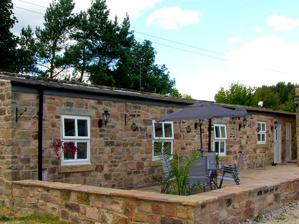 SWALLOW'S NEST, stable conversion, woodburner, two double bedrooms, patio with BBQ, near Ashover, Ref 2225 - Image 1 - Ashover - rentals