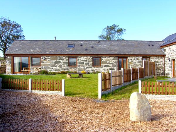 Y BEUDY, semi-detached barn, single-storey, WiFi, woodburner, beams, in Criccieth, Ref. 2353 - Image 1 - Criccieth - rentals
