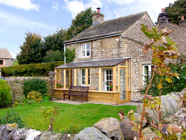 SANDYWOOD, pet-friendly, character holiday cottage, with woodburner, in Burnsall, Ref 2613 - Image 1 - Burnsall - rentals