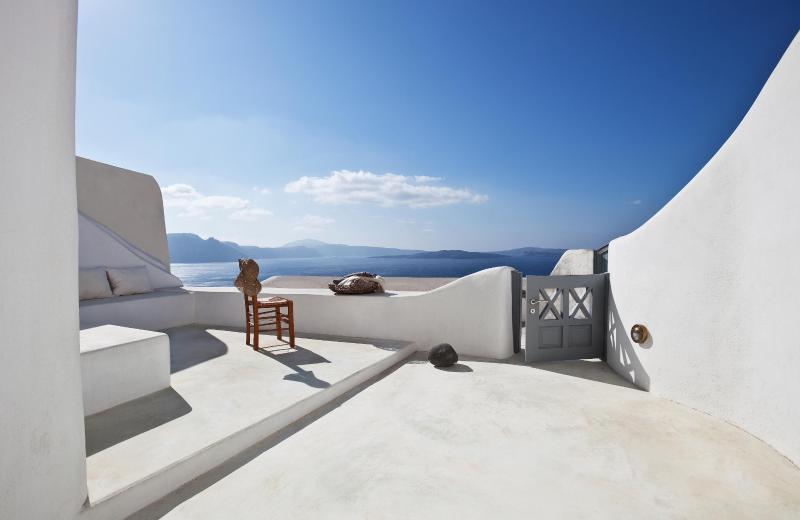 Oia Blue - sleek interiors in majestic setting - Image 1 - Oia - rentals