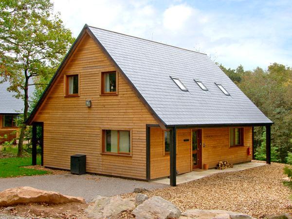 FARLEY, detached woodland lodge near Alton Towers, en-suites, woodburner Ref 2431 - Image 1 - Cotton - rentals