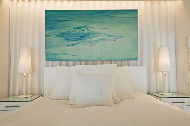 Bedroom with art by Brooklyn-based artist Minyeon Lee - Luxury Special: $299 for stays through March 31 - New York City - rentals