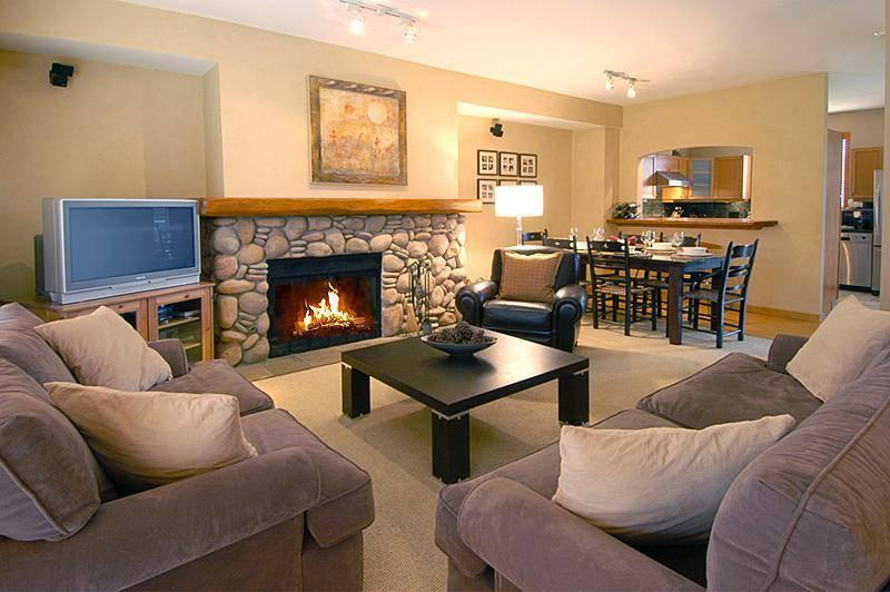 Luxury 3 bedroom and large den Townhome (1 king, 2 queenbeds , twin bunks) , sleeps 8... 2100 sq ft . A short drive from the Village with private hot tub, beautifully furnished, wireless internet, gourmet kitchen, fabulous views! - Whistler , Deluxe Nicklaus North Townhome with Private Hot tub - Whistler - rentals