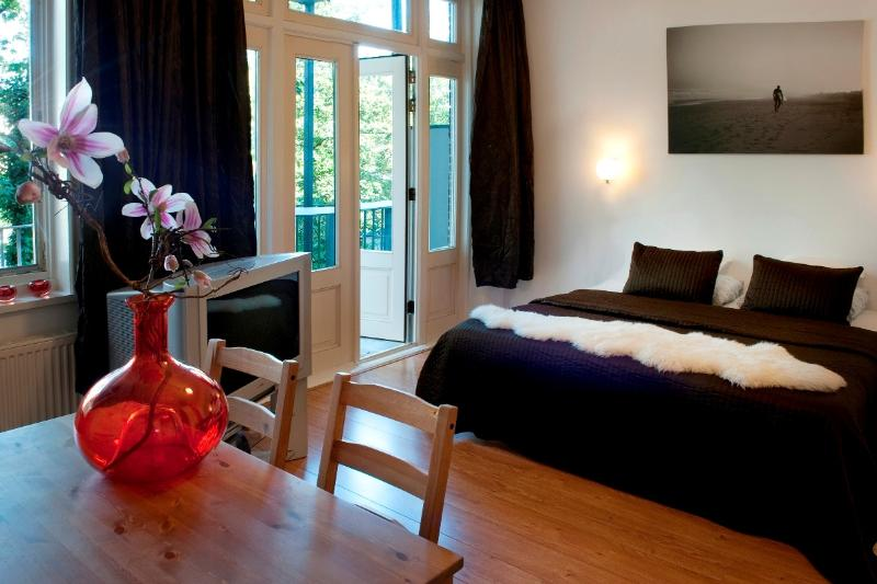 Dining table, Balcony and Double bed Linneausstraat Studio A apartment Amsterdam - Linneausstraat Studio A - Amsterdam - rentals