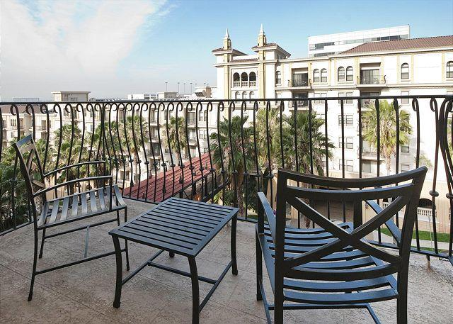 Balcony - Luxury 1 Bedroom Downtown Apartment close to L.A. Live - Los Angeles - rentals