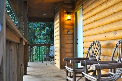 Rainbow Ridge ~ Front Porch - Rainbow Ridge- Easy Access: Blue Ridge Pkwy, Hickory Nut Gorge;Tastefully Decorated Log Cabin - Asheville - rentals