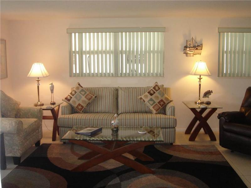 Beautifully maintained 2BR w/ full kitchen & amenities - Villa 13 - Image 1 - Siesta Key - rentals